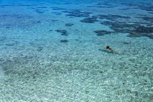 南の島の隠れビーチの写真素材 [FYI01237946]