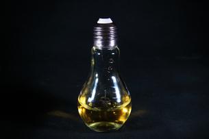 電球の中のスプラッシュの写真素材 [FYI01238026]