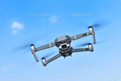 飛行中の小型ドローンの写真素材 [FYI01238060]