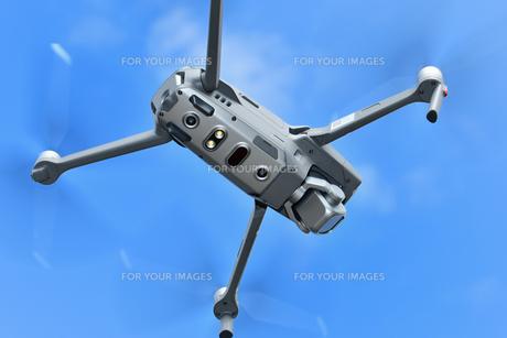 飛行中の小型ドローンの写真素材 [FYI01238061]