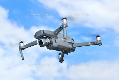 飛行中の小型ドローンの写真素材 [FYI01238062]
