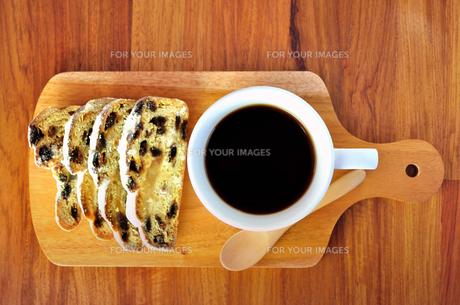 サービングボードの上のコーヒーとシュトレーンの写真素材 [FYI01238270]