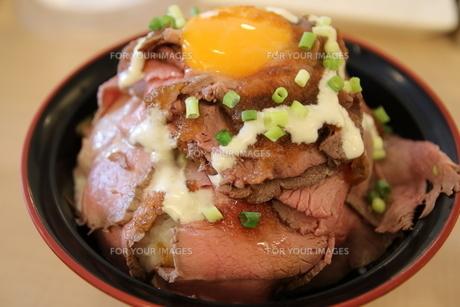 ローストビーフ丼の写真素材 [FYI01238294]