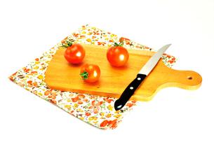 カッティングボードの上のプチトマトの写真素材 [FYI01238452]
