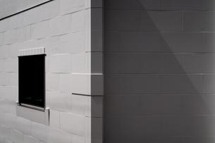 窓のと印影のある白壁の写真素材 [FYI01238556]