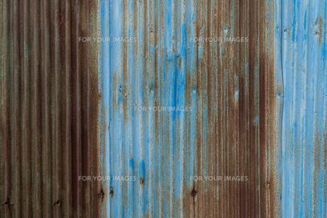 錆びた青色のトタン塀の写真素材 [FYI01238565]