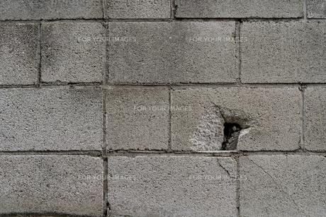 穴の開いてる古いブロック塀の写真素材 [FYI01238566]