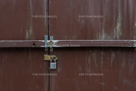 鍵を掛けられた扉の写真素材 [FYI01238567]