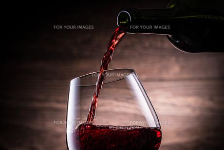 赤ワインを注ぐの写真素材 [FYI01238744]