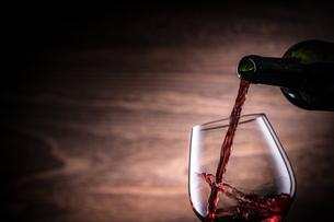 赤ワインを注ぐの写真素材 [FYI01238748]