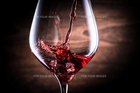 赤ワインを注ぐの写真素材 [FYI01238752]