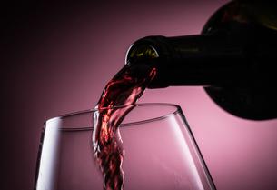 赤ワインを注ぐの写真素材 [FYI01238758]