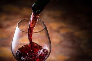 赤ワインを注ぐの写真素材 [FYI01238763]