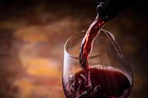 赤ワインを注ぐの写真素材 [FYI01238766]