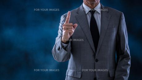 指示するシニアビジネスマンの写真素材 [FYI01238795]