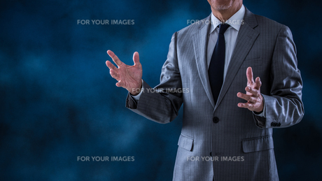 指示するシニアビジネスマンの写真素材 [FYI01238800]