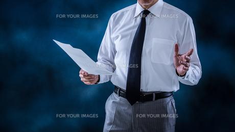 プレゼンするシニアビジネスマンの写真素材 [FYI01238806]