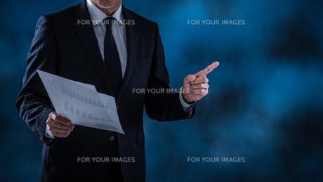 プレゼンするシニアビジネスマンの写真素材 [FYI01238813]