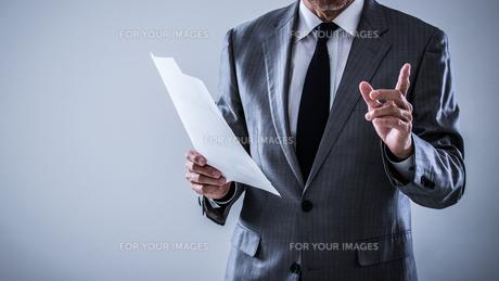 プレゼンするシニアビジネスマンの写真素材 [FYI01238820]