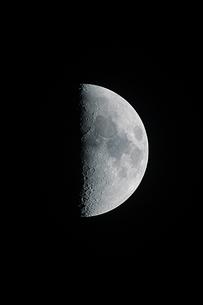 上弦の月の写真素材 [FYI01238956]