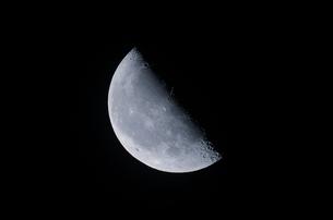 下弦の月の写真素材 [FYI01238957]