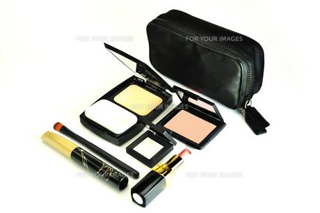化粧品のセットと化粧ポーチの写真素材 [FYI01238967]