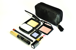 化粧品のセットと化粧ポーチの写真素材 [FYI01238968]