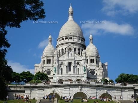 青空とサクレクール寺院の写真素材 [FYI01239151]