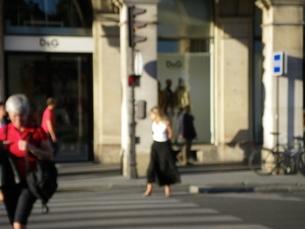 立ち止まっている女性の写真素材 [FYI01239161]