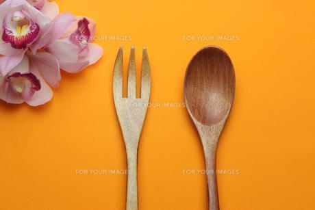 木製のフォークとスプーンの写真素材 [FYI01239201]