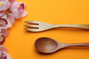 木製のフォークとスプーンの写真素材 [FYI01239202]