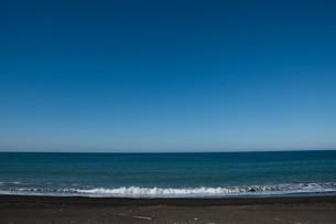 青空と砂浜に打ち寄せる波 オホーツク海の写真素材 [FYI01239266]