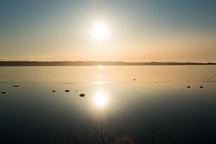 静かな湖面に映る夕日の写真素材 [FYI01239268]