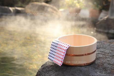 温泉〜露天風呂の木桶の写真素材 [FYI01239276]