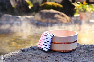 温泉〜露天風呂の木桶の写真素材 [FYI01239294]