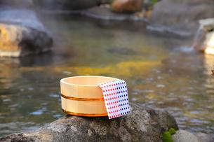 温泉〜露天風呂の木桶の写真素材 [FYI01239296]