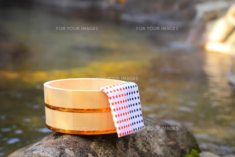 温泉〜露天風呂の木桶の写真素材 [FYI01239298]