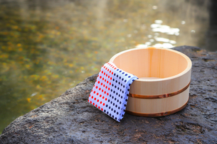 温泉〜露天風呂の木桶の写真素材 [FYI01239300]