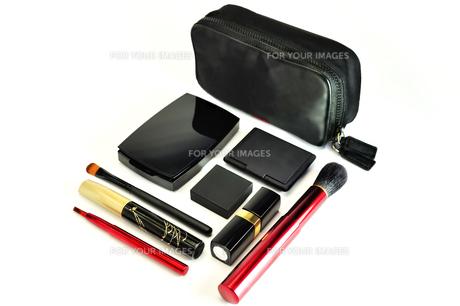 化粧品のセットと化粧ポーチの写真素材 [FYI01239354]