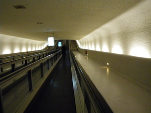 地下トンネルの動く歩道の写真素材 [FYI01239403]