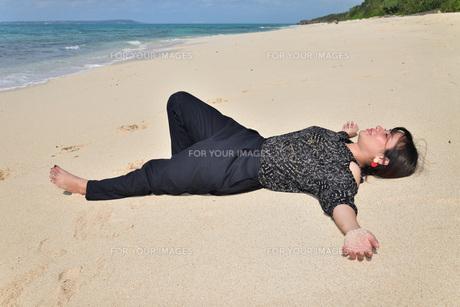 宮古島/リフレッシュ休暇の女性の写真素材 [FYI01239418]