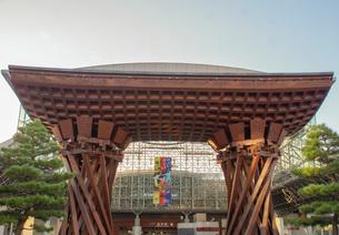 金沢の町並み JR金沢駅太鼓門の写真素材 [FYI01239458]