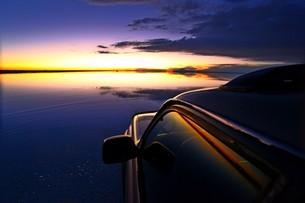 ウユニ塩湖 日没を望むの写真素材 [FYI01239502]