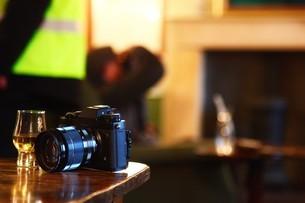 ウイスキーとカメラの写真素材 [FYI01239512]