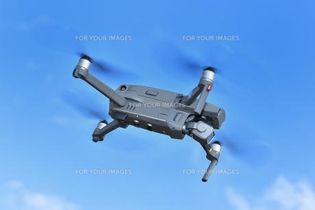 飛行中の小型ドローンのイラスト素材 [FYI01239521]