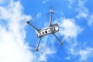 飛行中の小型ドローンのイラスト素材 [FYI01239523]
