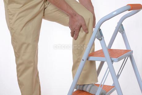 膝痛で苦しむシニアの写真素材 [FYI01239630]