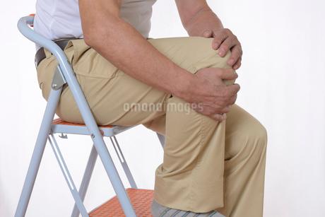 膝痛で苦しむシニアの写真素材 [FYI01239634]