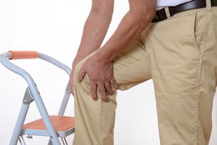 膝痛で苦しむシニアの写真素材 [FYI01239638]