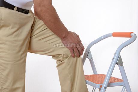膝痛で苦しむシニアの写真素材 [FYI01239639]
